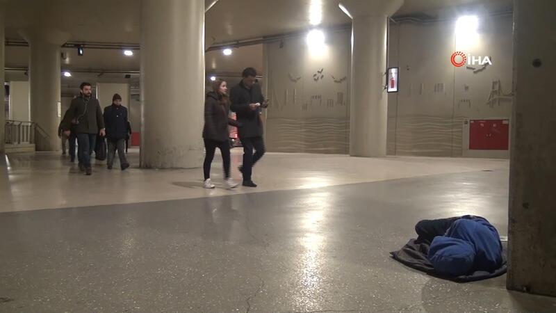 Taksim metrosunda yürek sızlatan görüntü