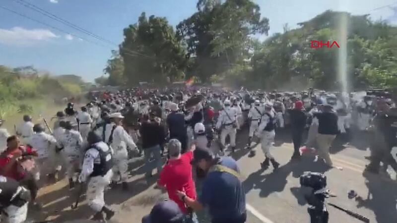 Meksika sınırında göçmen - polis çatışması