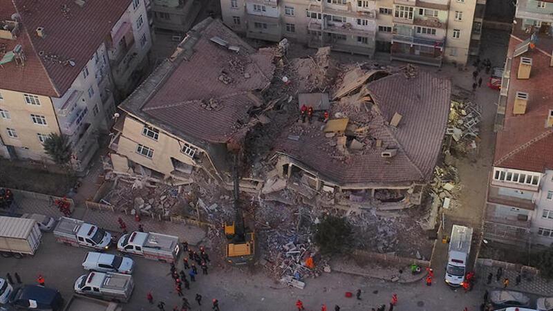 Elazığ'da depremin etkisi gün ağarınca ortaya çıktı