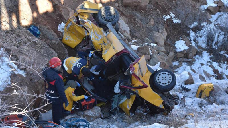 SİVAS'ta kontrolden çıkan taksinin şarampole devrilmesi sonucu 2 kişi öldü, 1 kişi yaralandı.