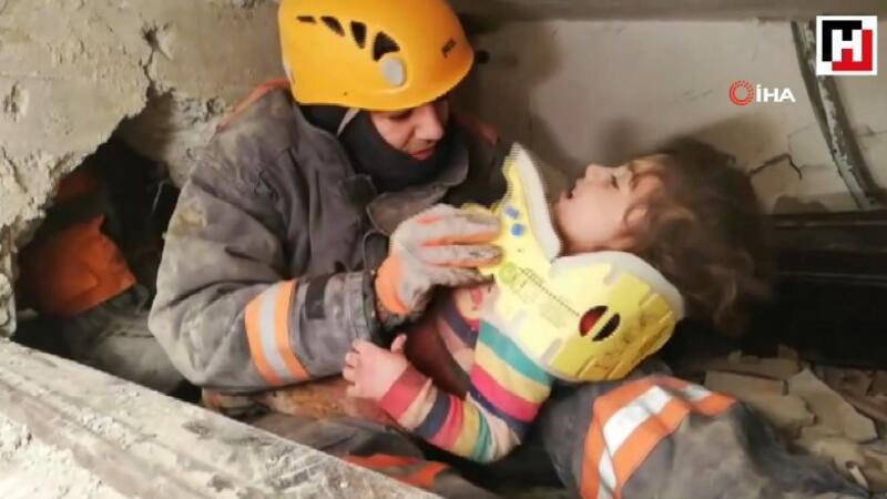 Göçük altından kalan 5 yaşındaki çocuğun kurtarılma anı kamerada