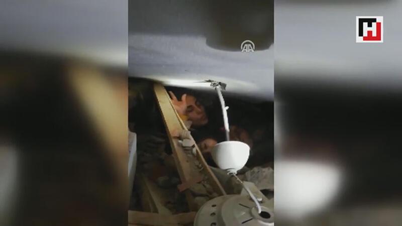 JAK ekipleri enkazdaki çocuk ve annesine ulaştı