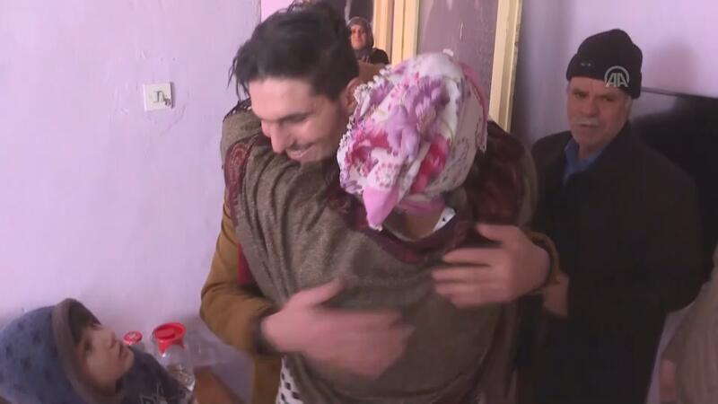 Kendisini kurtaran Suriyeliye sımsıkı sarıldı