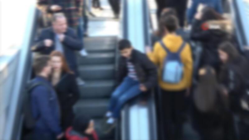 Taksim metrosunda çocukların tehlikeli oyunu