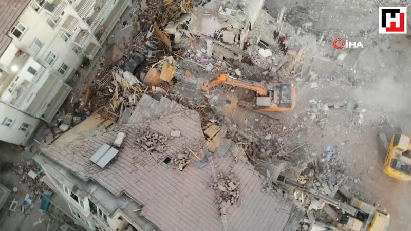 Deprem alanında sabahın ilk ışıklarıyla aramalara devam edildi