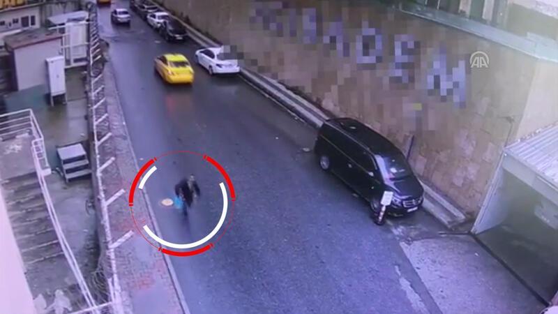 Beyoğlu'nda kapkaç şüphelisi kamerada