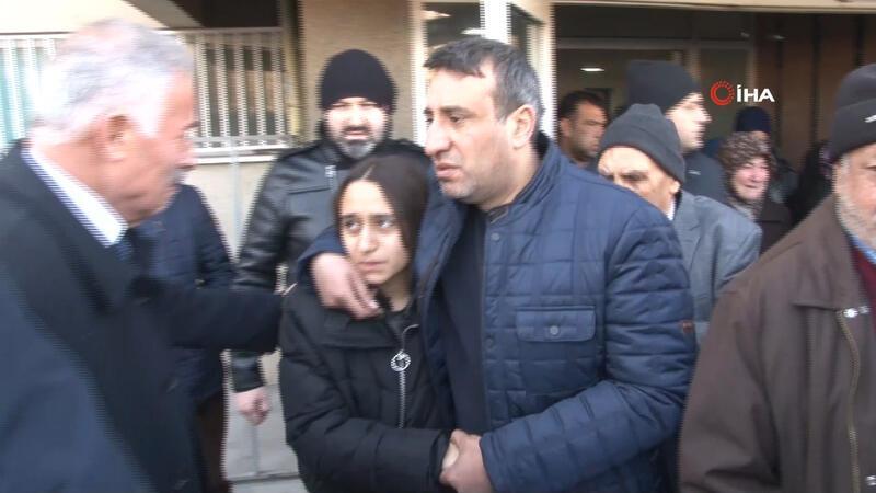 Acılı baba kızının elini bir an olsun bırakmadı