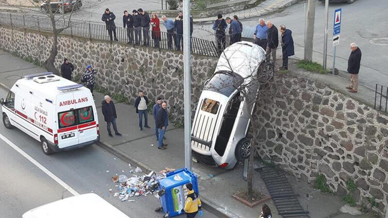 Trabzon'da ilginç kaza: Araç duvarda asılı kaldı