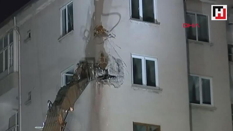 Çökme riski olan bina kontrollü yıkılıyor