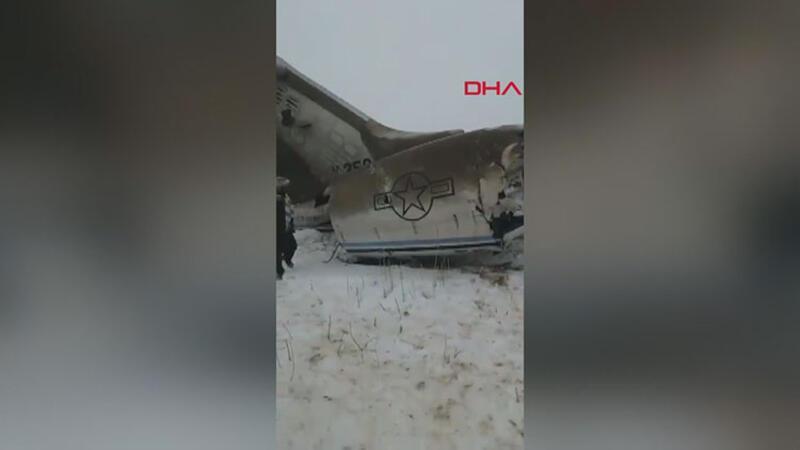 Ekipler Afganistan'da düşen uçak için bölgede