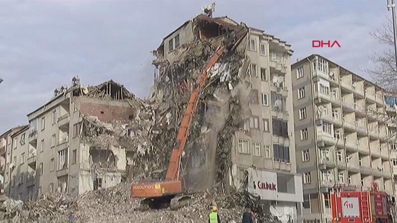 İcadiye Mahallesi'ndeki risk oluşturan binanın kontrollü yıkımı devam ediyor