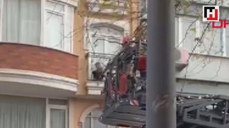 4. kattaki evinin balkonundan 1. kattaki evin balkonuna düştü