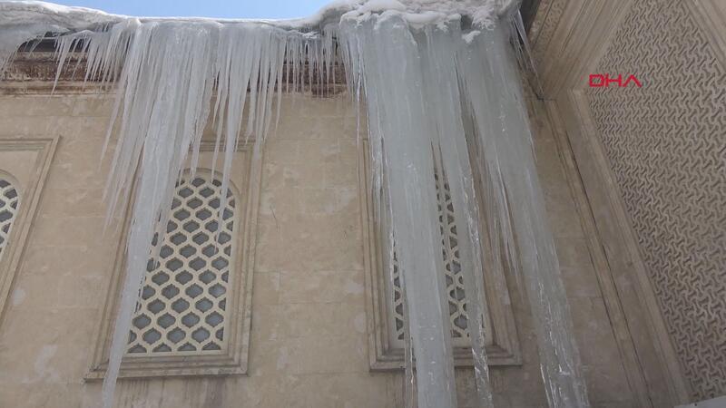 Yüksekova'da 5 metrelik buz sarkıtı
