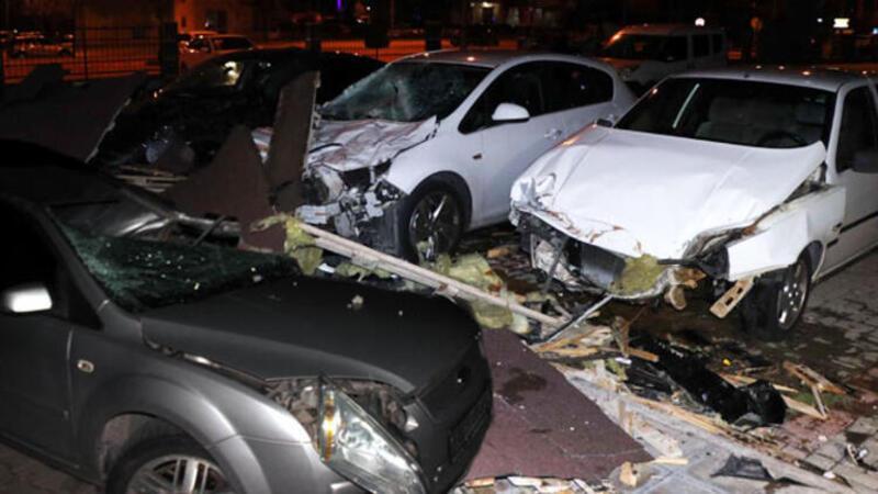 Kayseri'de şiddetli rüzgarda çok sayıda araç pert oldu