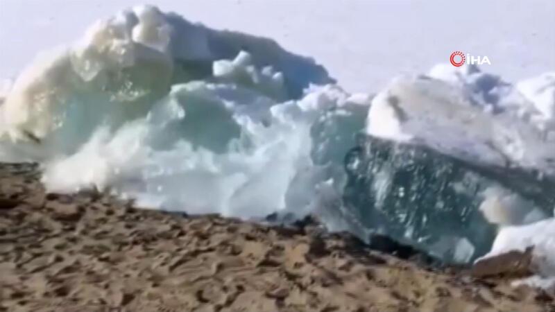 Rusya'da denizdeki buzullar sahile vurdu