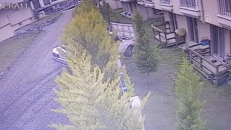 Otomobilin asılı kaldığı kaza kamerada