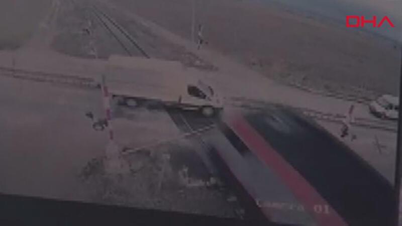 Hemzemin geçite bariyeri kırarak giren kamyonete tren çarptı