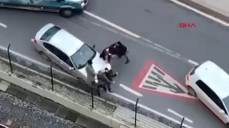 Trafikte yumruk yumruğa kavga