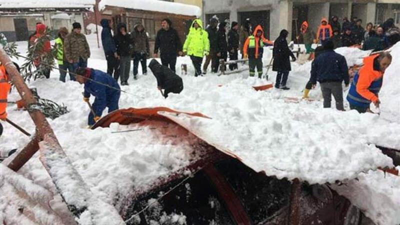 Arhavi'de kar nedeniyle pazar yerinin çatısı çöktü