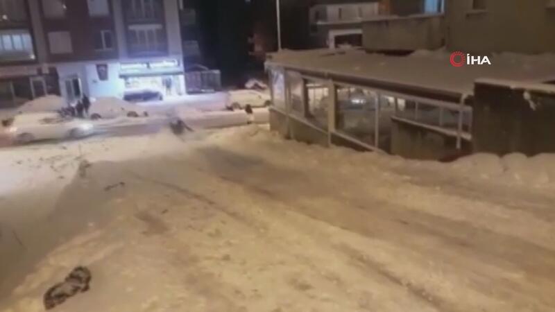 Kayak yapan gençlere yoldan geçen araç böyle çarptı