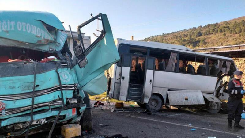 Bergama'da işçi servisi ile kamyon çarpıştı