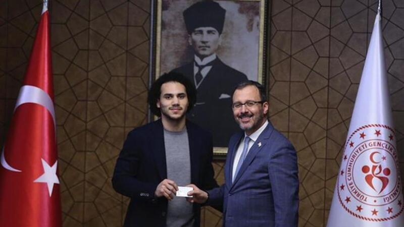 Bakan Kasapoğlu, Shane Larkin'e Türkiye Cumhuriyeti kimliği verdi