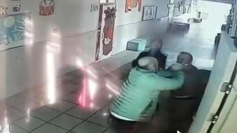 Çocuğuna tokat attığı iddiasıyla öğretmeni böyle dövdü