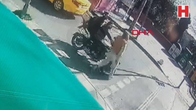 Ters yönden gelen motosikletlinin kadına çarpması kamerada