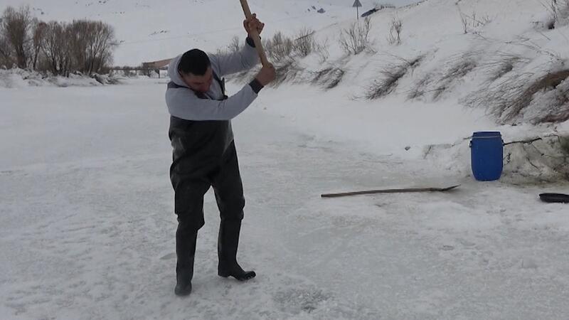 Yüksekova'da buz tutan derede Eskimo usulu balık avlıyorlar