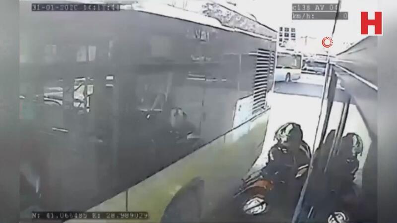 Motosikletli, iki otobüsün arasında sıkıştı