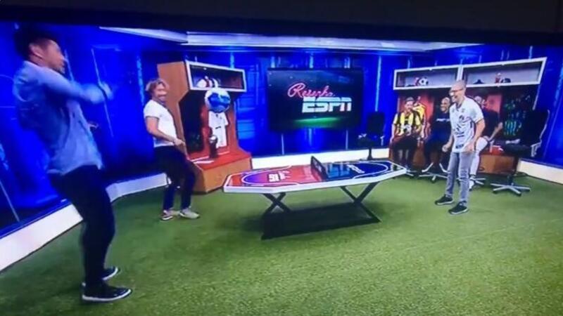Eski Fenerbahçeli futbolcular programda ayak tenisi oynadı