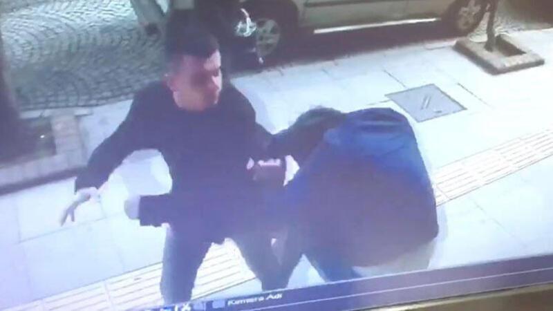 Tokalaştığı arkadaşına yumrukla saldırı kamerada