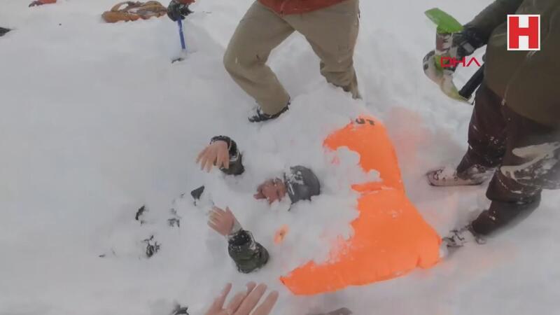 Çığ altında kalan kadın kayakçıları böyle kurtardılar