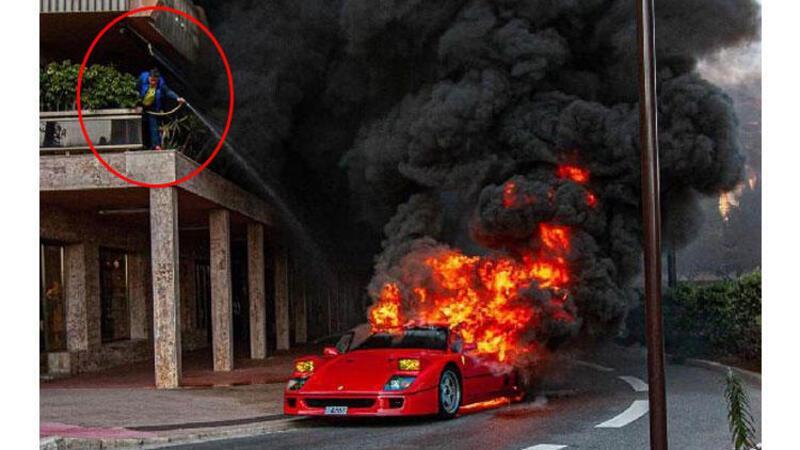 Alev alan Ferrari'yi bahçe hortumuyla söndürmeye çalıştı
