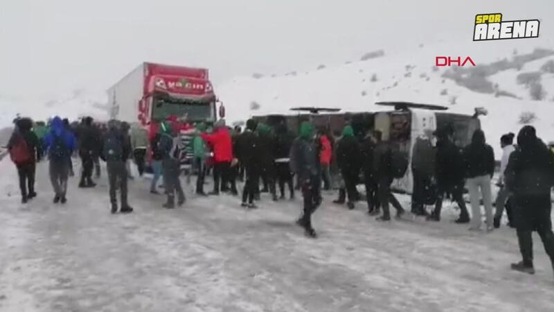 Erzurum'a giden Bursaspor taraftar otobüsü Aşkale'de kaza yaptı