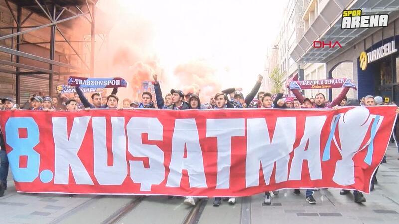 Trabzonsporlu taraftarlar İstiklal'de
