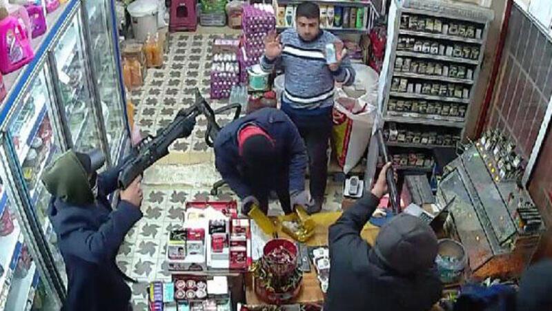 Adana'da bir market 5 kişi tarafından böyle gasp edildi