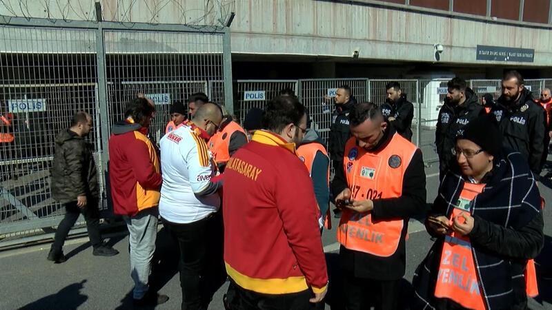 Galatasaraylı taraftarlar derbiyi bekliyor