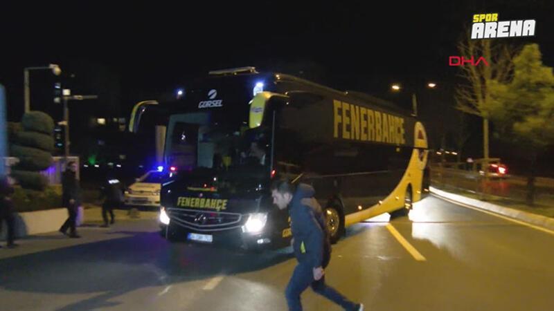 Fenerbahçeli taraftarlar Samandıra'da takım otobüsüne saldırdı