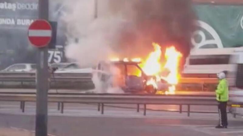 Son dakika: D-100'de araç alev alev yandı