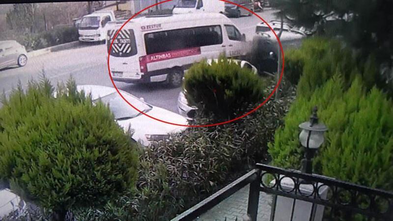 Servis sürücüsü direksiyon başında fenalaştı! Kaza anı kamerada