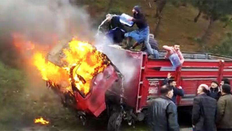 Kamyonetteki yangına damacana ve hortumlu müdahale