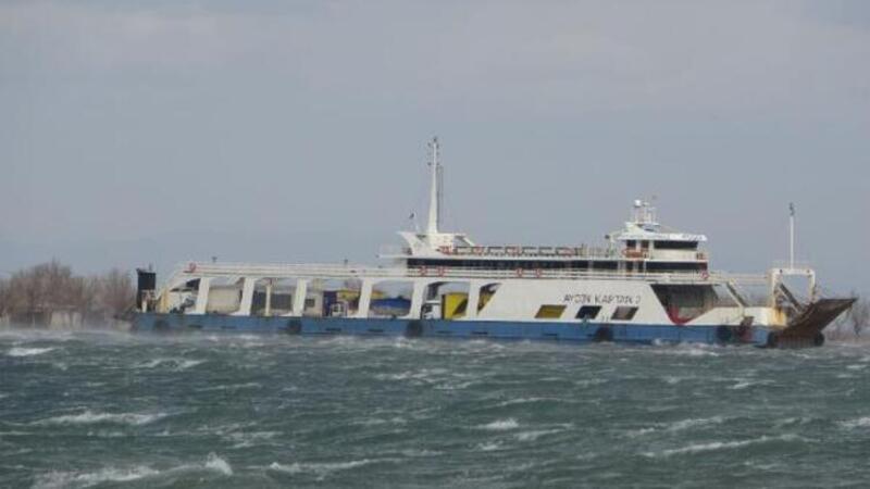 Son dakika: Çanakkale'de fırtınanın sürüklediği feribot karaya oturdu