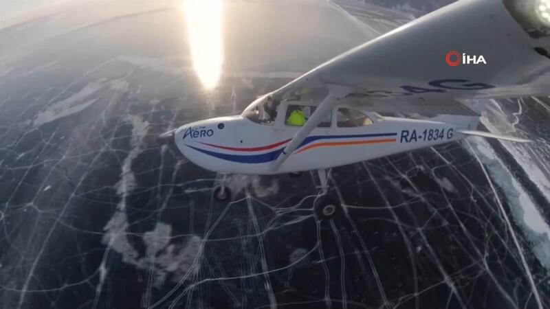 Uçağıyla buz tutan Baykal gölüne iniş yaptı