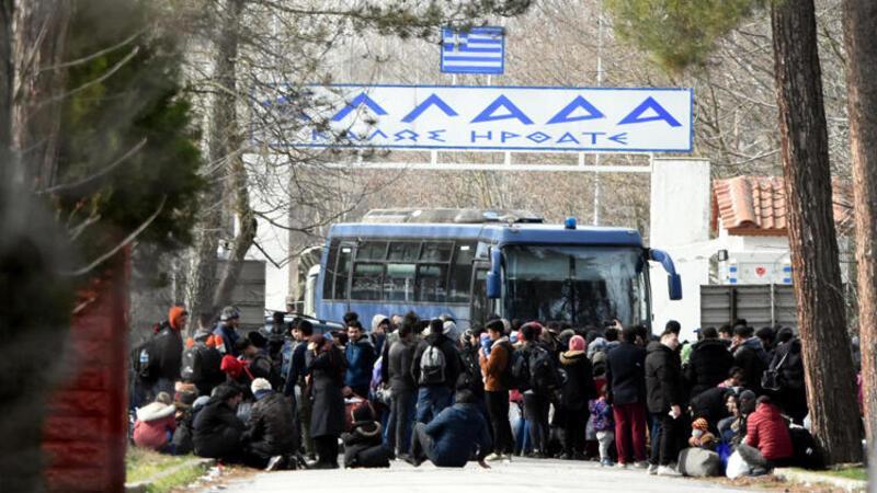 Yunanistan'a geçmek isteyen bir grup göçmen bekleyişlerini sürdürüyor