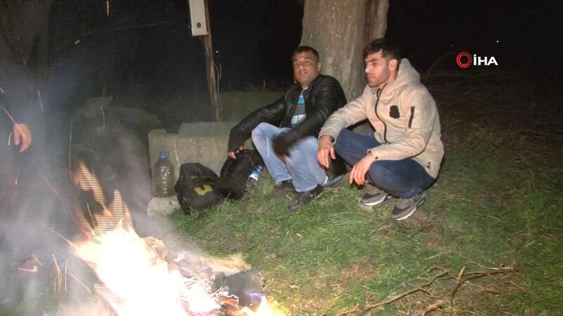 Mülteciler geceyi ateş yakarak geçiriyorlar