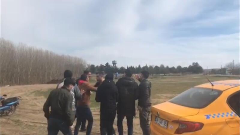 Sınırı geçmek isteyen mülteciler taksicilerle tartıştı
