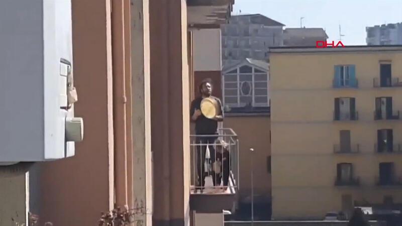 Karantinadaki İtalyanlar balkonlardan şarkı söyledi