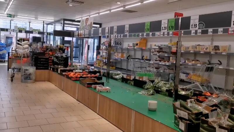 Almanya'da salgın nedeniyle paniğe kapılanlar marketlere akın etti