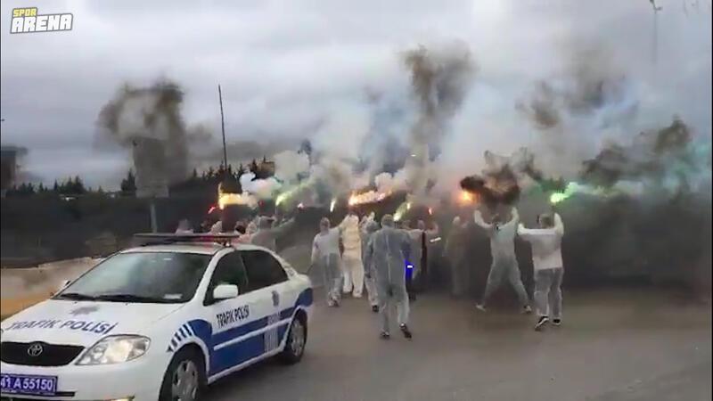 Kocaelispor taraftarından koruyucu tulumlu takım uğurlaması!